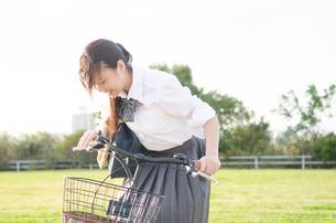 自転車に乗る女子学生の素材 [FYI01078157]