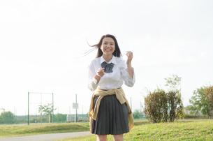 笑っている女子学生の素材 [FYI01078160]