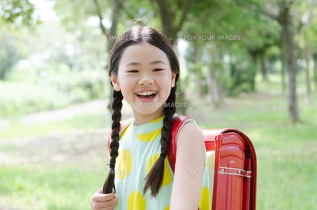 ランドセルを背負って笑っている女の子の素材 [FYI01078164]