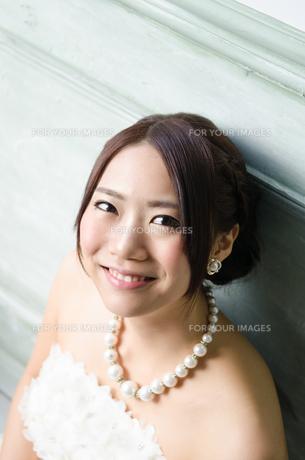 白いドレスを着て笑う女性の素材 [FYI01078166]