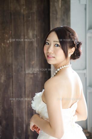 白いドレスを着て手を振り返る女性の素材 [FYI01078169]