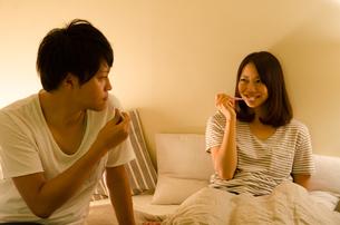 ベッドで歯を磨くカップルの素材 [FYI01078175]