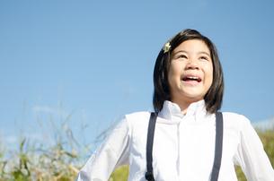 笑顔で遠くを見る小学生の女の子の素材 [FYI01078182]