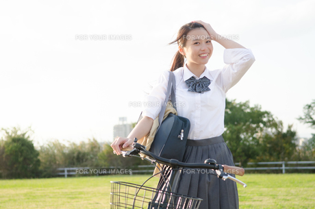 自転車に乗る女子学生の素材 [FYI01078185]