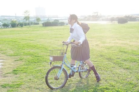 自転車に乗る女学生の素材 [FYI01078190]