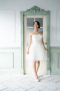 白いドレスを着て笑っている女性の素材 [FYI01078196]