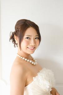 白いドレスを着た女性の素材 [FYI01078199]