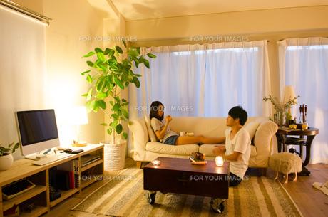 家でリラックスするカップルの素材 [FYI01078212]