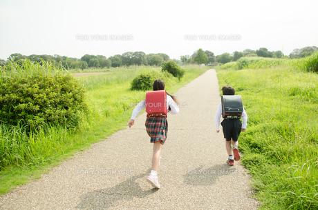 ランドセルを背負って走る小学生2人の後ろ姿の素材 [FYI01078214]