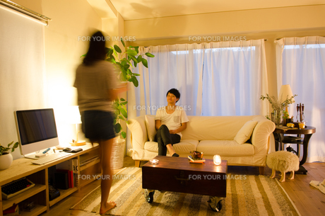 家でリラックスするカップルの素材 [FYI01078222]