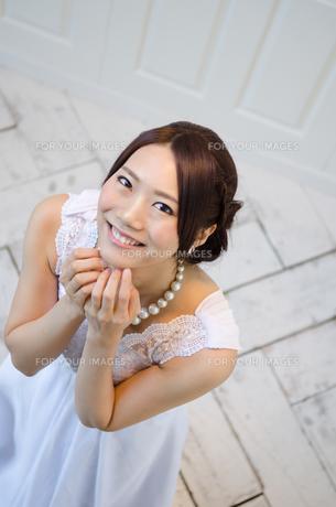見上げるドレス姿の女性の素材 [FYI01078227]