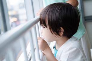 窓から外を見る子供たちの素材 [FYI01078231]