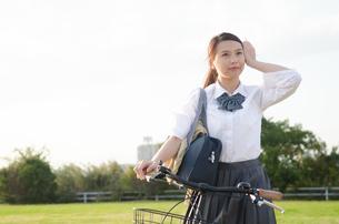 自転車に乗る女子学生の素材 [FYI01078232]