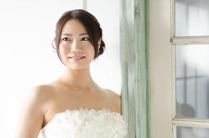 白いドレスを着た女性の素材 [FYI01078235]