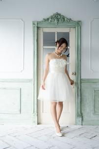 白いドレスを着て立っている女性の素材 [FYI01078240]