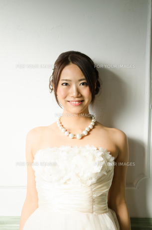 白いドレスを着た女性の素材 [FYI01078242]