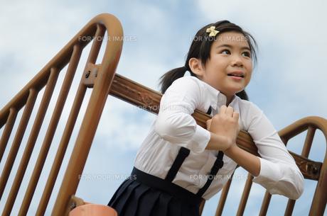 遠くを見ている小学生の女の子の素材 [FYI01078245]