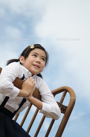 遠くを見ている小学生の女の子の素材 [FYI01078260]