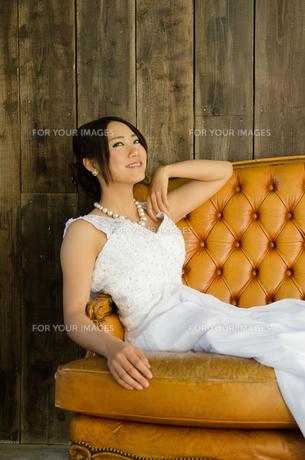 大きなソファに座るドレス姿の女性の素材 [FYI01078267]