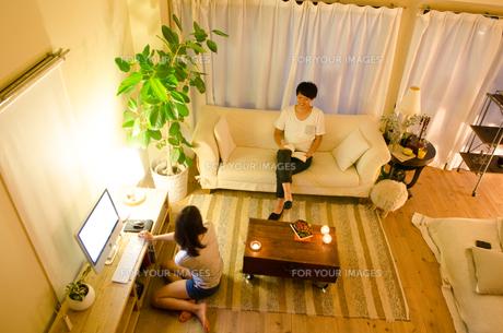 家でリラックスするカップルの素材 [FYI01078276]