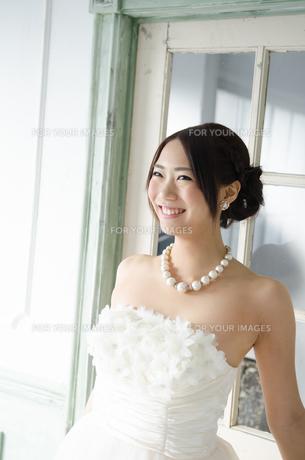 白いドレスを着て笑っている女性の素材 [FYI01078278]