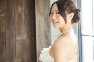 白いドレスを着て横を向く女性の素材 [FYI01078281]