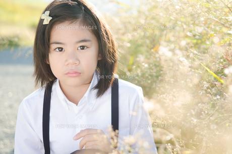 ふくれたような顔をする小学生の女の子の素材 [FYI01078292]