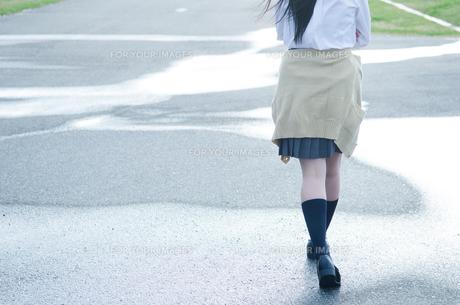水たまりを歩く女学生の足の素材 [FYI01078293]