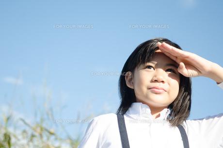 遠くを見る小学生の女の子の素材 [FYI01078307]