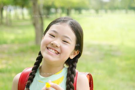 ランドセルを背負って笑っている女の子の素材 [FYI01078312]