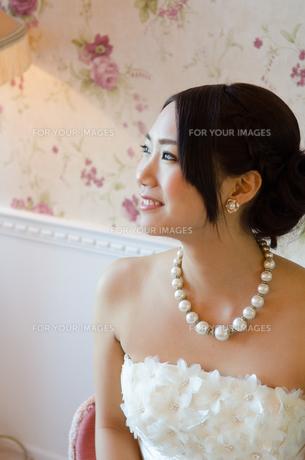 白いドレスを着て笑う女性の素材 [FYI01078320]