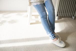 スリッパを履いた女性の足元の素材 [FYI01078322]