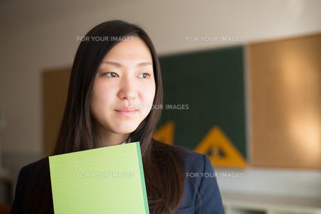 ノートを持っている女子高校生の素材 [FYI01078330]
