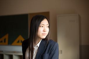 教室で横を向いている女子高校生の素材 [FYI01078332]