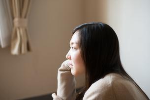 座って横を見ている女子高校生の素材 [FYI01078334]