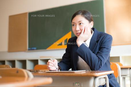 タブレットで勉強をしている女子高校生の素材 [FYI01078338]