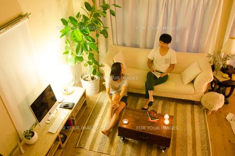 家でリラックスするカップルの素材 [FYI01078342]