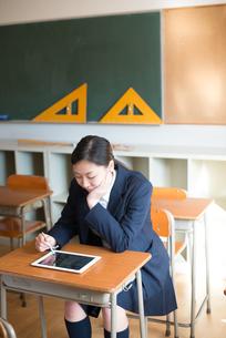 タブレットで勉強をしている女子高校生の素材 [FYI01078343]