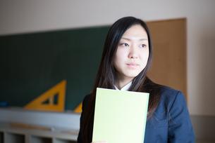 ノートを持っている女子高校生の素材 [FYI01078350]