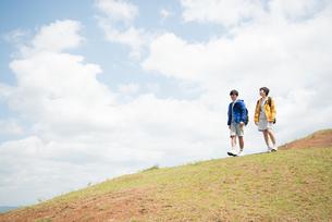 山を歩いている男女の素材 [FYI01078352]