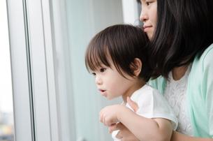 窓から外を見る子供たちの素材 [FYI01078354]