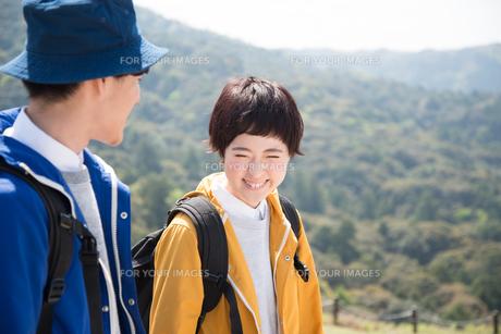 山をバックに笑う女性の素材 [FYI01078356]
