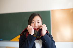 マフラーを巻いている女子高校生の素材 [FYI01078357]