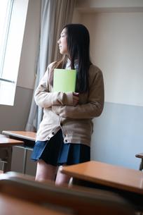 ノートを持っている女子高校生の素材 [FYI01078359]