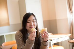 教室でパンを食べている女子高校生の素材 [FYI01078363]