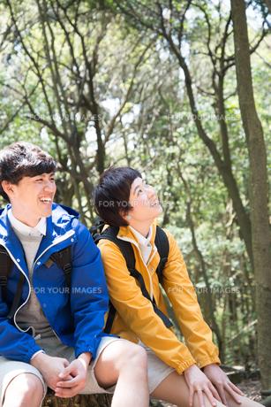 森の中で笑っている男女の素材 [FYI01078364]