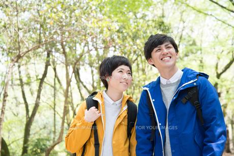 森の中で笑っている男女の素材 [FYI01078365]