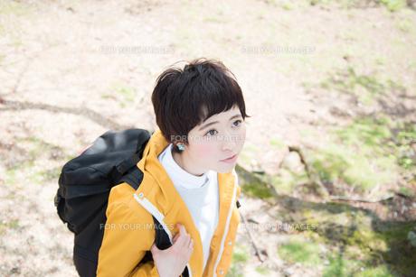 山道を歩きながら見上げている女性の素材 [FYI01078368]