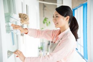 ドアを拭いている女性の素材 [FYI01078369]