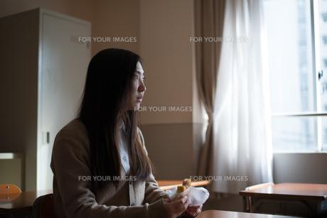 教室に座っている女子高校生の素材 [FYI01078372]